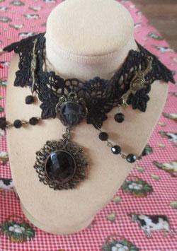 Schwarze Spitzen-Kette mit Medaillon