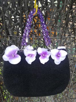 Schwarze Filztasche mit violetten Blüten