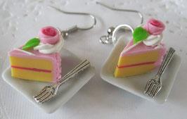 Rosa Tortenohrringe auf viereckigem Teller mit Gabel