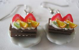 Obstkuchen-Ohrringe auf Teller