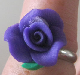 Kleiner dunkellila Blütenring