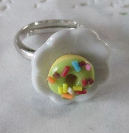 Grüner Donut-Ring auf Teller