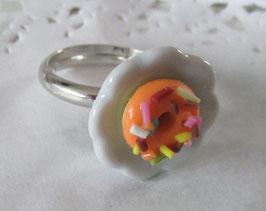 Oranger Donut-Ring auf Teller