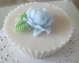 Weiße Cupcake-Seife mit blauer Rose