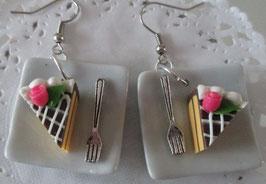 Schokotorten-Ohrringe auf viereckigem Teller mit Gabel