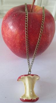 Kette mit rotem Apfel