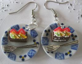Obstkuchen-Ohrringe auf Teller blau/weiß