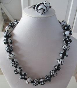 Kette schwarz-weiß aus Glasperlen mit Ohrringen