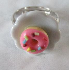 Rosa Donut-Ring auf Teller