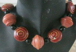 Rose und dunkelrote Kette aus Papier und Keramik