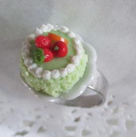 Grüner Obsttorten-Ring auf Teller