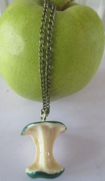 Kette mit grünem Apfel