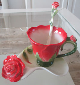 Tassen-Set mit roten Rosen