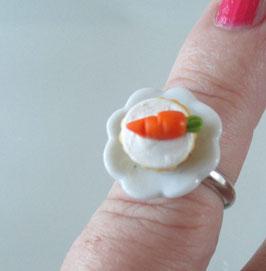Karotten-Cupcake-Ring auf Teller