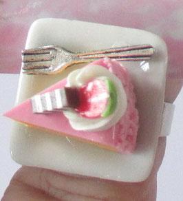 Rosa Torten-Ring mit Kuchengabel auf Teller