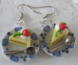 Obsttorten-Ohrringe auf blau-weißem Teller mit Löffel
