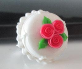 Weißer Torten-Ring mit rosa Röschen