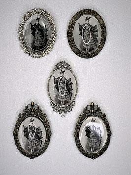 Brosche Batlady viktorianisches Motiv, verschiedene Fassungen zur Auswahl