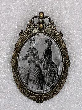 Brosche Ladys im Gespräch viktorianisches Motiv