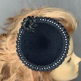 Fascinator, schwarz mit Faltenbordüre aus Satinband, facettierten Glassteinen und Blüte