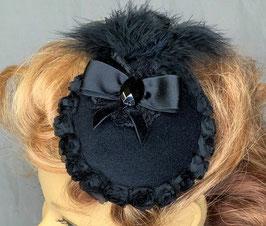 Fascinator, schwarz mit Rosenbordüre, Schleife, facettiertem Kunststoffstein, Federn