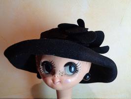 Chapeau noir à fleurs