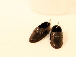 Ohrringe - schwarze Männerschuhe