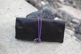 Tabaktasche aus Leder - schwarzglänzend-Schlangenoptik/lila
