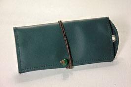 Tabaktasche aus Leder mit Nietöse -recycelt- dunkelgrün/dunkelbraun