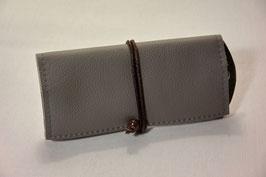 Tabaktasche aus Leder mit Nietöse - grau/backsteinrot