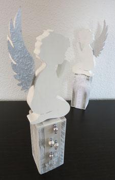 Holzsockel mit Engel