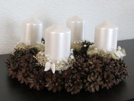 Adventskranz mit Kiefernzapfen, isländisch Moss, Perlen und kleinen Federn