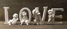 """""""Love"""" mit Engelsbuchstaben"""
