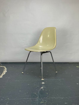 Herman Miller Eames Fiberglass Sidechair in Parchment