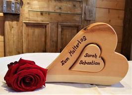 Herz in Herz aus Zirbe mit Brandmalschrift auf Wunsch