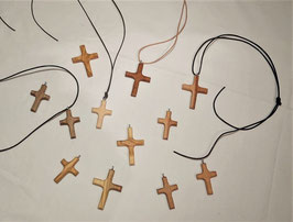Kreuzerl mit Lederband - verschiedene Hölzer (Nuß, Apfel, Olive und Zirbe)