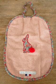 bavoir broderie lapin avec pompon rouge