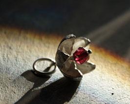 blütenförmiger Silberanhänger mit Granat