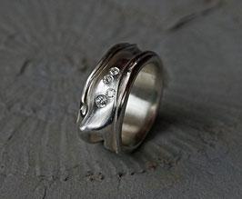 geknautschter Silberring mit Brillanten