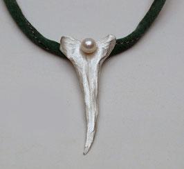 Silberblatt mit Perle