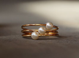 Goldring mit drei Perlen
