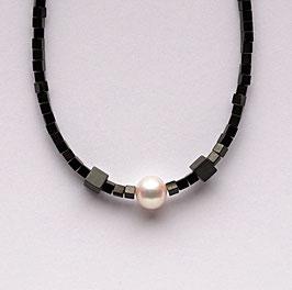 Hämatitwürfelkette mit weißer Perle