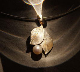 Silberblätter mit Perle