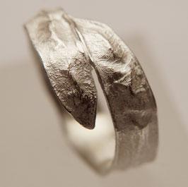 Silberring mit Pflanzenstruktur