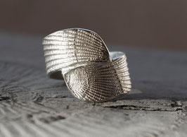 breiter Silberring mit Muschelstruktur