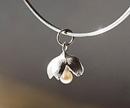 blütenförmiger Silberanhänger mit Perle