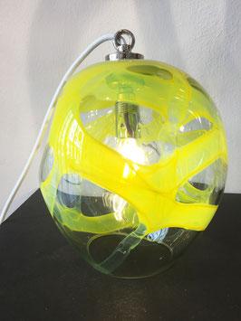 Lampada piccola gialla, filo elettrico bianco