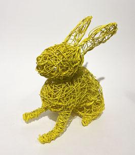 Coniglio giallo in filo metallico