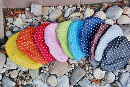 Sattelmütze mit kleinen weißen Pünktchen in vielen Farben