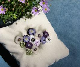 Lavendelkissen wollweiß mit handgenähten lila Blumen